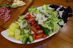 或是用削果皮的刨刀刨成片,有些刨刀還可以刨成絲, 還可以用磨硬質起司的研磨器磨成粉,搭配沙拉或灑在pizza或義大利麵上都很好用。Parmigiano-Reggiano
