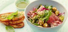 Blattsalat mit Oliven, Basilikumöl und Röstbrot