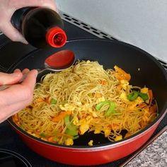 Chinesisch gebratene Nudeln mit Hühnchenfleisch, Ei und Gemüse, ein raffiniertes Rezept aus der Kategorie Studentenküche. Bewertungen: 131. Durchschnitt: Ø 4,5.