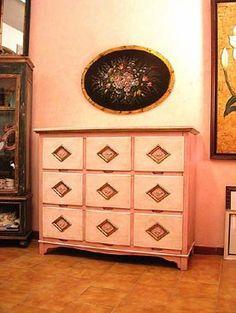 Questo particolare cassettone doveva essere inserito nella camera di una bambina.Abbiamo chiuso i rombi con un pannello e inserito una rosellina in pasta di legno, per donare un tocco di romanticismo.