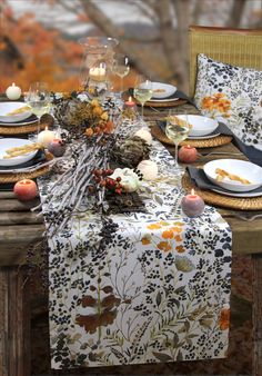 Gedeckter Tisch im Herbst.  Tischläufer: LATE SUMMER von Sander