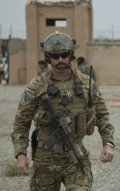 Soldier in Afganistan Military Gear, Military Police, Military History, Military Humor, Military Special Forces, Green Beret, Special Ops, School Shootings, Men In Uniform