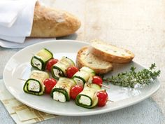 Zucchini cheese skewers - healthy fast finger food for every party *** Quick & healthy party finger food - zucchini-goat cheese-tomato spit Veggie Recipes, Vegetarian Recipes, Cooking Recipes, Healthy Recipes, I Love Food, Good Food, Yummy Food, Receta Bbq, Healthy Snacks