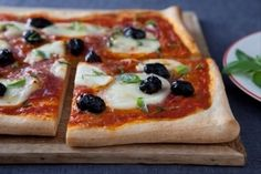 Pizza au salami, olives noires et basilic, les recettes de nos chefs