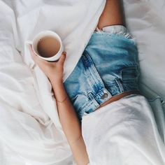 "Endora op Instagram: ""Fresh white sheets & coffee. #happymonday #timetogetup!"""