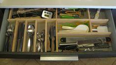 Tu te souviens peut-être que j'adore les tiroirs de cuisine : je ne leur trouve qu'un seul défaut, laisser le contenu s'y promener au gré des ouvertures-fermetures. Pour éviter que tous les ustensi...
