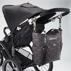 If organization is your number one feature, then look no further than this JJ Cole bucket tote diaper bag. Black Diaper Bag, Best Diaper Bag, Baby Diaper Bags, Fashionable Diaper Bags, Diaper Bag Essentials, Diaper Bag Organization, Jj Cole, Diaper Parties, Changing Bag