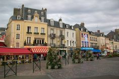 Asıl ve uzun ismi, Trouville-sur-Mer. Son 120 senede çok gelişen bu şehir bir balıkçılık ve turizm şehri. Sahil ve deniz keyfinin yaygınlaştığı 19.yy'da yıldızı parlayan bir yer... Daha fazla bilgi ve fotoğraf için; http://www.geziyorum.net/trouville/