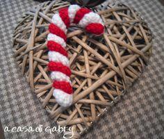 I bastoncini di zucchero a strisce bianche e rosse sono un po' il simbolo del Natale, ho trovato un semplice tutorial per realizzarli all'un...