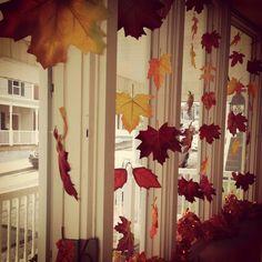 bricolage facile déco fenêtre avec des feuilles automnales