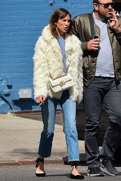 Beautiful woman, ravages of smoking! Winter Chic, Autumn Winter Fashion, Casual Summer Outfits, Winter Outfits, Celebrity Outfits, Celebrity Style, Alexa Chung Street Style, Alexa Chung Hair, Mode Outfits