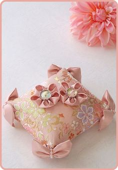 和風リングピロー/Japanese-style pink ring pillow decorated with cotton-filled satin ribbon