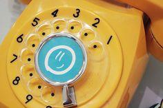 El teléfono amarillo que suena cada vez que alguien necesita una macana.