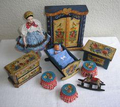 eine antike wunderschön handbemalte BAUERN-PUPPENSTUBE mit 2 Püppchen   eBay