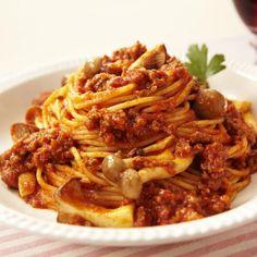 ワインに合うトマトメニュー第3弾♪ モッツァレラ、パルメザン、チェダーが入ったこくのあるトマトパスタソースを使って、キマったお味が簡単に・・・☆ - 111件のもぐもぐ - ひき肉ときのこのトマトチーズスパゲティ by カゴメトマトケチャップ
