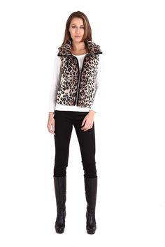 Chaleco de pelo en animal print con cuello alto. Cierre metálico en contraste. Bolsas ocultas en parte delantera con forro: $1,399.