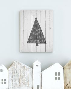 Printcandy& tutorial DIY- instructions for wood printing – Christmas decoration nature – print candy Wooden Pallet Christmas Tree, Pallet Tree, Wooden Christmas Tree Decorations, Holiday Decor, Christmas Craft Projects, Christmas Diy, Diy And Crafts, Christmas Crafts, Diy Projects
