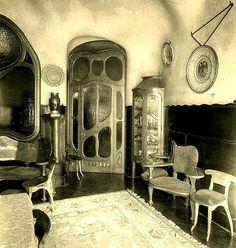 Casa Batllo / Comedor Batlló. Todos los detalles de decoración y mobiliario llevan la impronta de gaudiniana: muros curvos recubiertos de cerámica, paredes onduladas, muebles diseñados para el conjunto, etc.