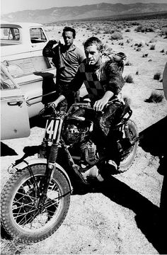Cigarette hanging from his mouth. A Triumph motorcycle. Out in the desert, that's Steve McQueen of course! Valentino Rossi Logo, Valentino Rossi The Doctor, Enduro Vintage, Motos Vintage, Vintage Biker, Vintage Motocross, Triumph Motorcycles, Vintage Motorcycles, Triumph Scrambler