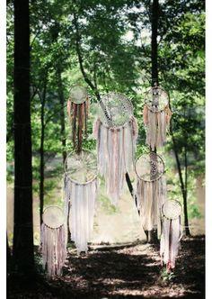 Pour une déco bohème, on choisit des attrapeur de rêves jardin mariage pinterest déco