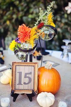 Centro de mesa para Halloween  http://conbdeboda.blogspot.com.es/2013/10/halloween-wedding.html
