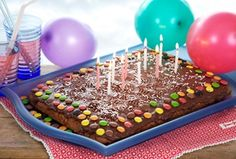 Chokoladekage med festligt pynt er en sikker vinder til børnefødselsdage, men med nøddedrys eller kokos kan den serveres i andre sammenhænge