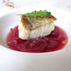 Ricetta originale su come realizzare un delizioso filetto di baccalà (merluzzo bianco) morbido su zuppa di cipolle.