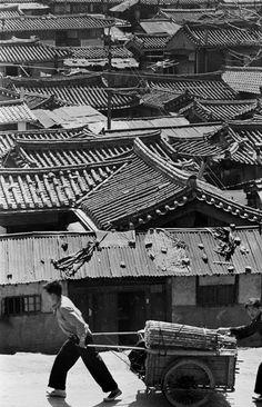 by Han Youngsoo Seoul, Korea Old Pictures, Old Photos, Vintage Photos, Korean Photo, Asian Photography, City Drawing, Korean Peninsula, Korean People, Asian History