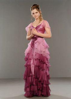"""11. El vestido que Hermione viste en """"Harry Potter y el cáliz del fuego"""" fue el más importante de toda la saga. El diseñador tenía como reto lograr un atuendo que logre mostrar a Hermione de una manera que la haga resaltar a comparación de como viste durante toda la saga."""