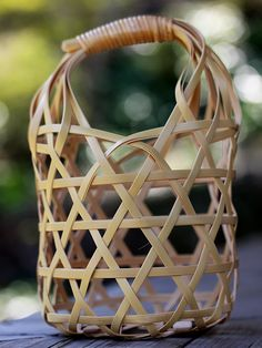 Check out all our bamboo handbag designs! Bamboo Weaving, Weaving Art, Basket Weaving, Bamboo Bamboo, Bamboo Basket, Bamboo Crafts, Leaf Crafts, Japanese Bamboo, Basket Crafts