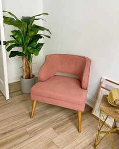 Since the couch for my office is on backorder til November, I'm tempted to experiment with reupholstering these chairs in the meantime 🤔 swipe to see the beautiful sheepskin chair I've been obsessed with for 2 years (it's $3,000 😅) Maybe I could DIY something similar? The hard part would be sourcing a faux fur that's actually that texture and color, I think your typical faux furs would just look cheap/tacky. My Dream Home, Love Seat, Accent Chairs, Couch, Photo And Video, Furs, Luxury, Experiment, Faux Fur