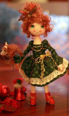 Елечка СКИДКА 10%. Чудесная новогодняя девчушка, которая встретит с Вами не один праздник, искрясь радостью и светом....С ней непременный счастливый талисман этого года - милая лошадка, тоже необиженная нарядом...!!
