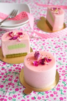 Classic pink cakes  What a great Girl baby shower idea!