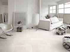 woonkamer, modern interieur, keramische vloertegel travertin, imitatie natuursteen, impermo, design schommelstoel, design stoel, goedkope tegel