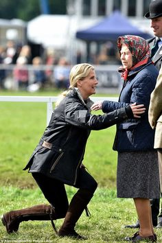 15 May 2015 Sophie, Countess of Wessex, was all smiles as she formally greeted her mother-in-law the Queen at the Royal Windsor Horse Show today English Royal Family, British Royal Families, Hm The Queen, Save The Queen, Diana Fashion, Royal Fashion, Women's Fashion, Duchess Of Cambridge, Duke And Duchess