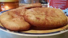 Θυμίζουν παιδικά χρόνια.. απογεύματα μετά από παιχνίδια στις γειτονιές..  Η μαμά μου τις έφτιαχνε συχνά.  Νόστιμες αφράτες και πολύ απ... Cheese Trays, Greek Recipes, Tasty Dishes, Recipies, Muffin, Food And Drink, Sweets, Bread, Snacks