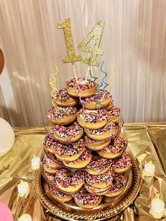 Donuts instead of a cake 14th Birthday Party Ideas, Donut Birthday Parties, 15th Birthday, Donut Birthday Cakes, Donut Party, Cake Tower, Bee Cakes, Doughnut Cake, Cupcakes