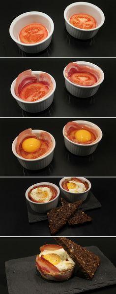 Suveræn opskrift på æg, som bliver bagt i ovnen med bacon og tomat. Perfekt til en lækker morgenmad eller til brunch.