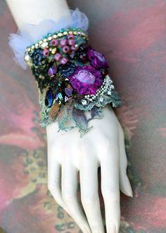 Iolanthe Manschette, Fett Manschette mit antiken Spitzen, böhmische Handgelenk wickeln, Perlen und Kristalle