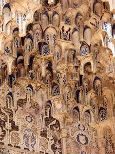 Détail des stalactites du pavillon des Lions Alhambra Nasrides Granada, Espanha