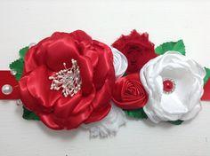 para el cintillo un listón satinado de 4 cm por 1.60 cm de largo, para la flor roja 7 cuadros de tela de tezo de 12 cm, para la flor blanca 7 cuadros de tela...