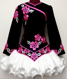 This dress kind of reminds me of a kimono. It's so preettyy!!!