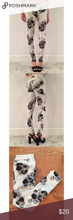 "Black and White Floral Skinny Jeans by AE Black and white floral patterned jeans, skinny jeggings fit, fits true to size, very good condition - model info: 5'6"", 105lb American Eagle Outfitters Jeans Skinny"