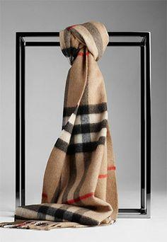 La célèbre écharpe check 100 % cachemire par Burberry #echarpe #burberry #cachemire
