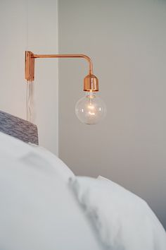 Are you interested in our wall lamp? With our Copper wall lamp you need look no further. Copper Wall Light, Copper Lighting, Bedside Lighting, Bedside Lamp, Decoracion Vintage Chic, Swedish House, Inspired Homes, Light Decorations, Home Deco