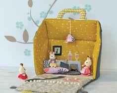 "Patron ""petite maison portative"" - Patrons déco - Patrons - Ma Boutique Modes & Travaux Baby Couture, Couture Sewing, Sewing Toys, Baby Sewing, Sewing For Kids, Diy For Kids, Bunny Toys, Baby Makes, Toy Craft"