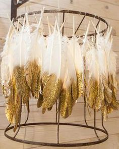 DIY feather chandelier from Junk Gypsies. Saw it, wanted it, on the look out for old lamp shades. Cortinas Boho, Feather Lamp, Feather Painting, Diy Luminaire, Diy Wedding Decorations, My New Room, Fall Wedding, Gypsy Wedding, Wedding Ideas