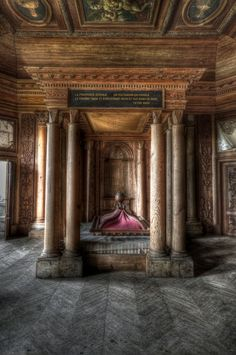 Abandoned chateau - I just don't understand how anyone can let something so amazing become derelict and abandoned Abandoned Property, Abandoned Castles, Abandoned Places, Architecture Old, Beautiful Architecture, Beautiful Buildings, Old Mansions, Abandoned Mansions, Old Buildings