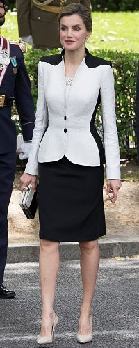 28 May 2016 - Queen Letizia attends Armed Forces Day events in Madrid. She has great style. Princess Letizia, Queen Letizia, Royal Fashion, White Fashion, Modest Fashion, Fashion Dresses, Style Feminin, Bcbg, Power Dressing