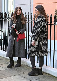 Discover recipes, home ideas, style inspiration and other ideas to try. Winter Layering Outfits, Winter Boots Outfits, Casual Winter Outfits, Outfit Winter, Grey Boots Outfit, Outfit Jeans, Ugg Mini Boots, Short Uggs, Black Uggs